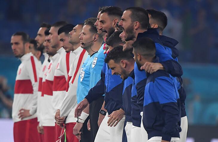 Как же неистово итальянцы поют гимн –снова восторгаемся! Но так было не всегда