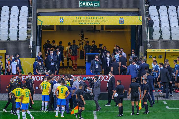 Фарс вместо топ-матча Бразилия – Аргентина: Месси-переговорщик (в манишке фотографа!), двусторонка бразильцев на полполя, полиция всех окружила