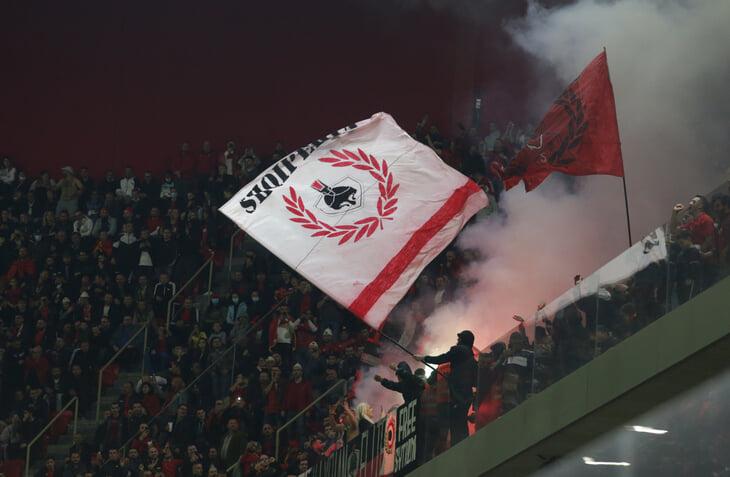 Шум в группе I: Албания – Польша остановили на 20 минут из-за града бутылок, венгры дрались с полицией в Англии