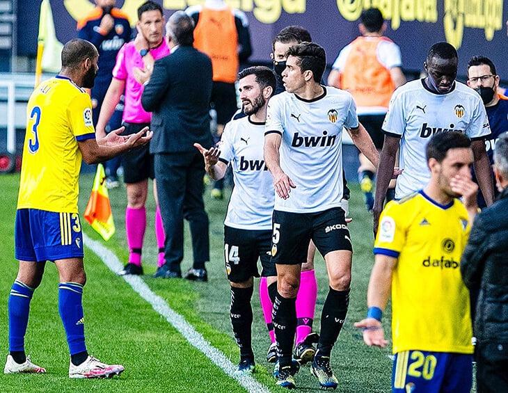 Расистский скандал у «Валенсии»: команда ушла с поля на 25 минут из-за оскорбления Диакаби. Доиграли, чтобы не нарваться на штраф –и проиграли