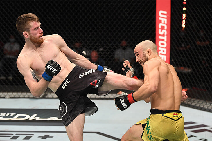 «Я тренировал это дома на карантине». Главный бой UFC закончился ударом ногой с разворота – точно в голову