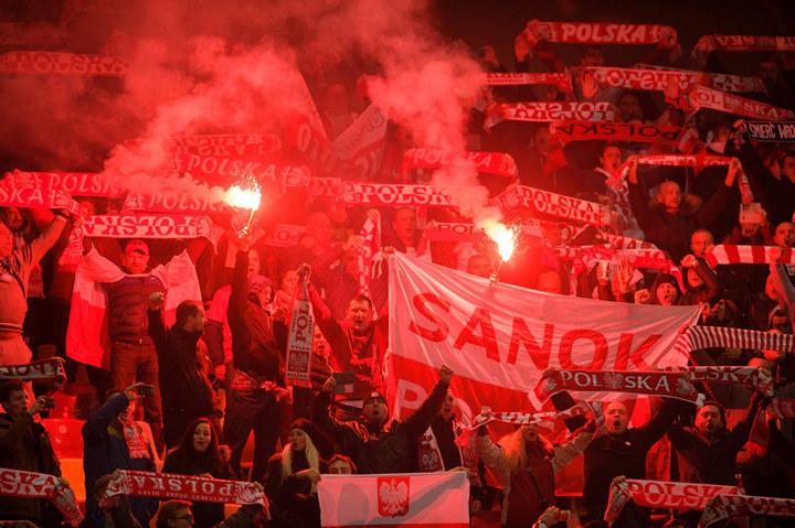 Появилось видео попадания петарды внападающего сборной Польши Левандовски