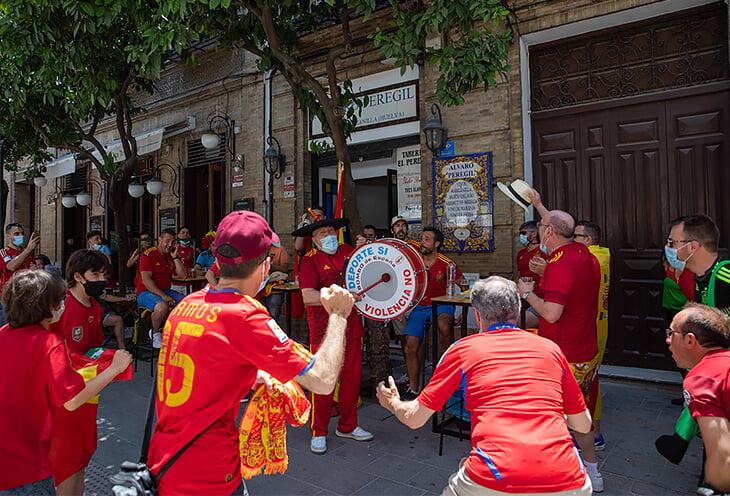 Испанский фанат следует за сборной с 1979 года. Он приехал на Евро со знаменитым барабаном (мог потерять его во время локдауна)