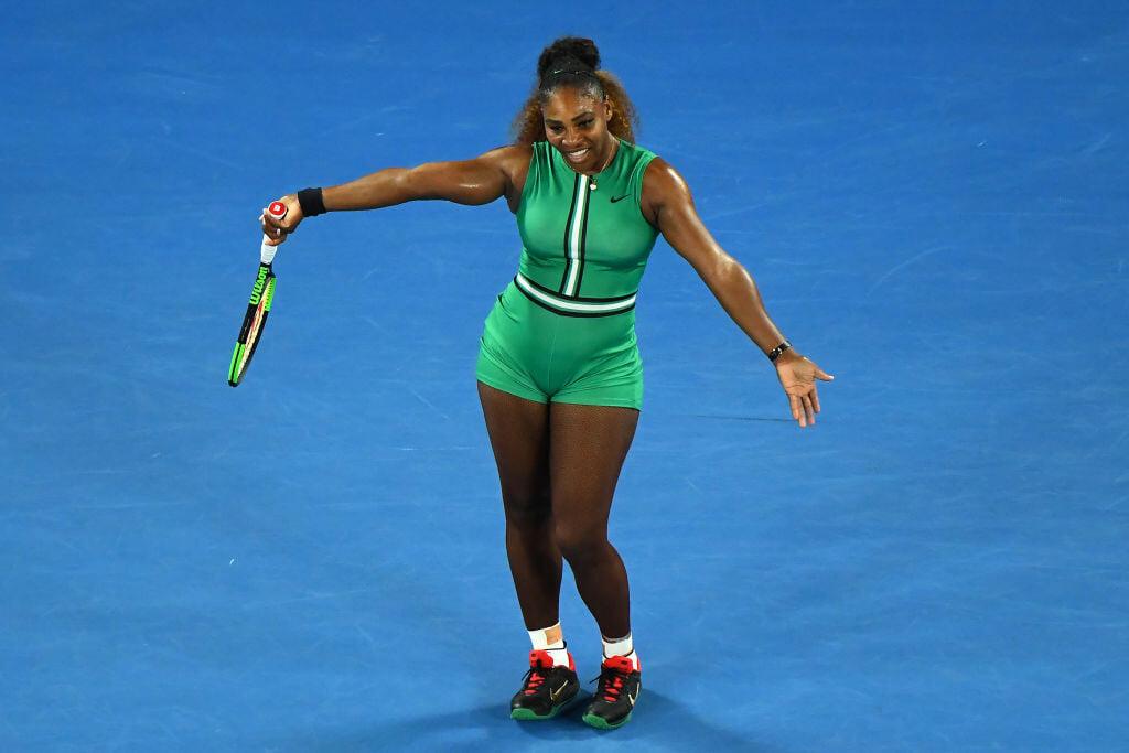 Серена играет Australian Open в комбинезоне с одной штаниной. Это трибьют бегунье, рекорд которой на стометровке стоит 30+ лет