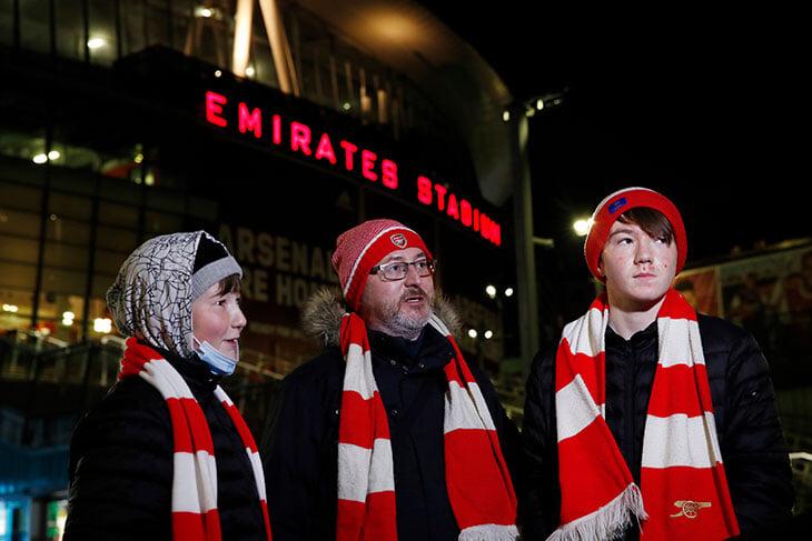 В Англии возвращают фанатов: «Арсенал» принял две тысячи болельщиков и Гуннерзавра!