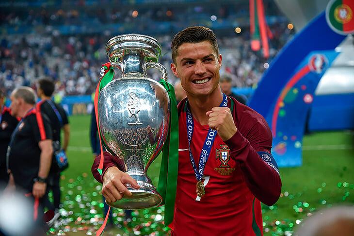Трофей чемпионата Европы назвали в честь организатора УЕФА, ЧЕ и ЧМ. Он был судьей, как-то проглотил свисток и потерял два зуба