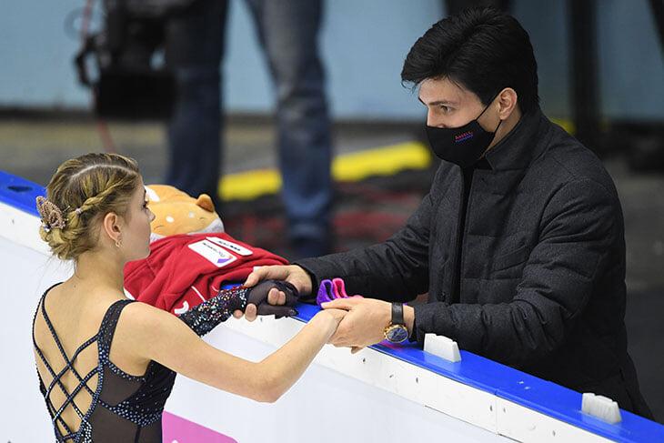 Похоже, Косторная собралась обратно к Тутберидзе – у Плющенко она запуталась в программах (4 за полгода) и пролетела мимо ЧМ