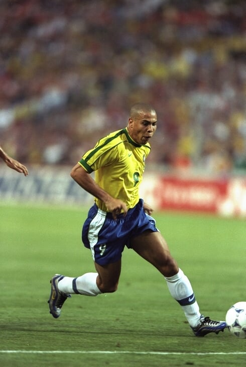 Переступы – великий футбольный трюк. Роналдо сделал их культом, Криштиану выбесил «Рому», а Робиньо раскачал всю Бразилию