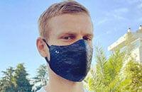 У Кокорина кожаная маска за 30 тысяч рублей. От вирусов не спасает, производитель рекомендует носить ее вместе с медицинской