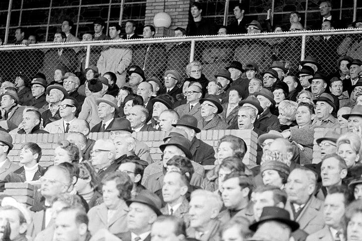 Первый матч «Аякса» и «Ливерпуля» – любимый у Кройффа. Из-за тумана трибуны не видели голов, ван Гал проскочил без билета, а смотрел из комментаторской