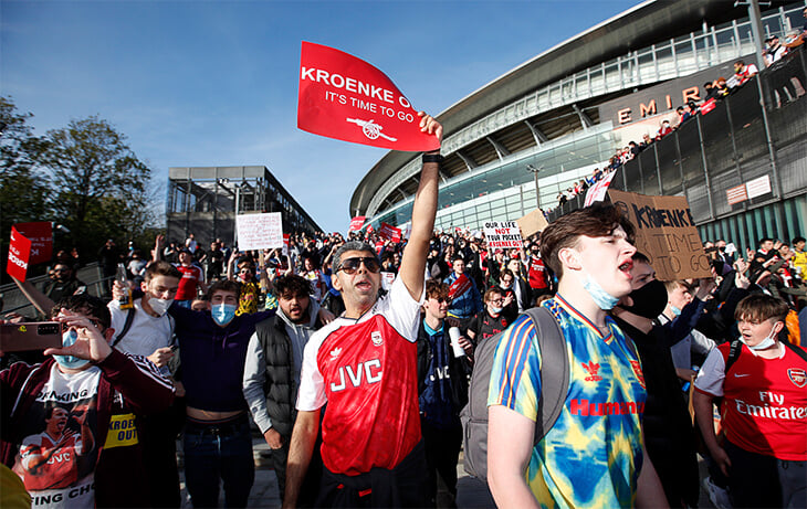 «Кронке, убирайся». Фанаты «Арсенала» вышли против американского владельца: сотни людей, дымовые шашки и много-много плакатов
