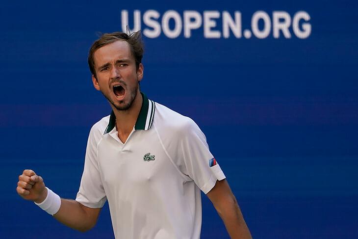 Медведев проиграл сет, но примчался в полуфинал US Open. Поговорим о его недооцененной подаче и игре у сетки