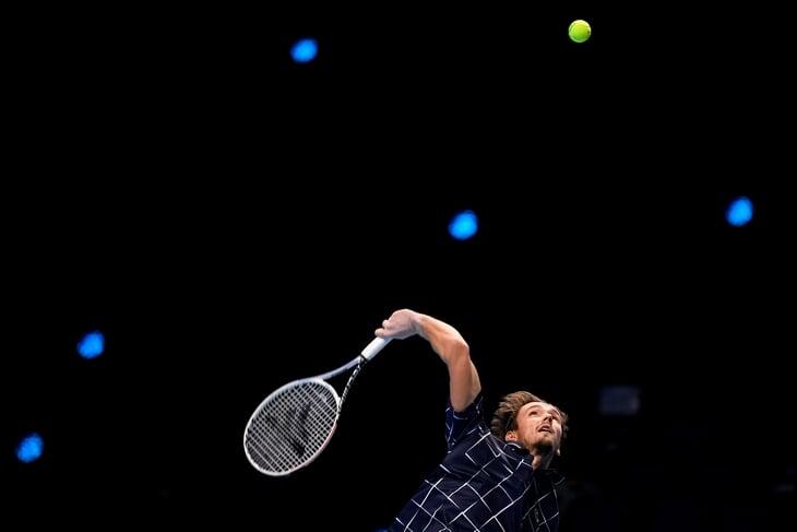 Медведев впервые выиграл матч на итоговом турнире – второй раз за 8 дней задавил Зверева