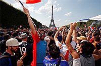 Париж обезумел: 90 тысяч у Эйфелевой башни