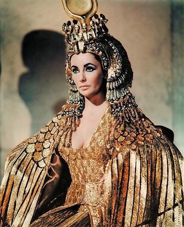 Премьера Загитовой-Клеопатры: черное платье, золотые украшения и ультраглубокий разрез на юбке