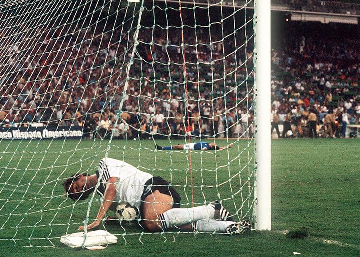История футбольных ворот: когда-то они были без сетки и перекладины, а в 90-е Блаттер думал сделать их шире