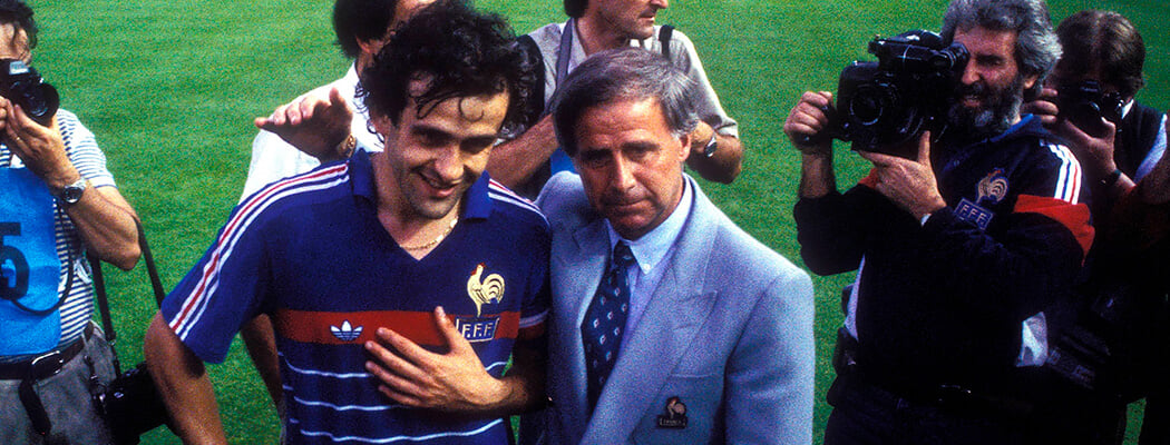 Умер тренер, который создал первую великую сборную Франции (с Платини и магическим квадратом). Он выиграл Евро и закончил карьеру