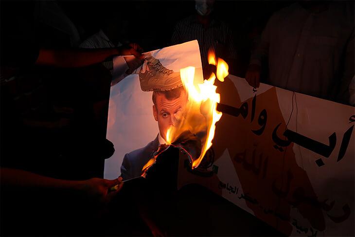 Хабиб назвал Макрона тварью и выложил его фотографию с отпечатком ботинка на лице
