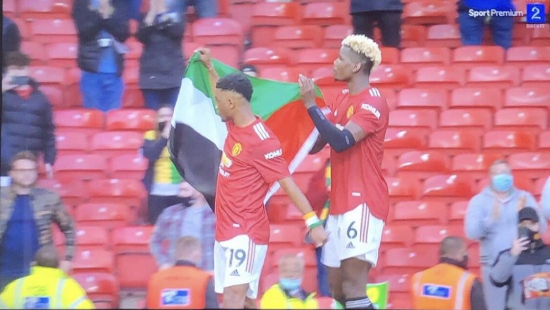 Игроки МЮ Погба и Диалло вынесли на поле флаг Палестины - изображение 1