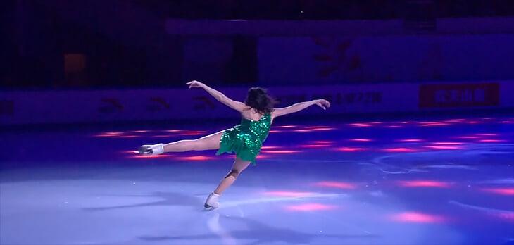Новый шоу-номер Туктамышевой: ярко-зеленое платье, глубокий разрез на бедре, полуоткрытая спина