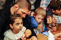 Хабиб исполняет мечты детей. Болельщику «Барселоны» пообещал тренировку со звездами «Реала»