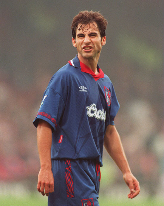 Однорукий сын игрока «Челси» 90-х – боец муай-тай. Выносит соперников (пока ни одного поражения), вдохновляет отца