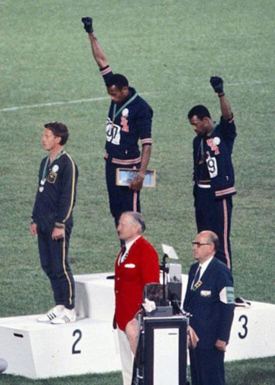 «Я призываю всех использовать этот мирный жест». Впервые в истории Олимпиад спортсменки преклонили колено