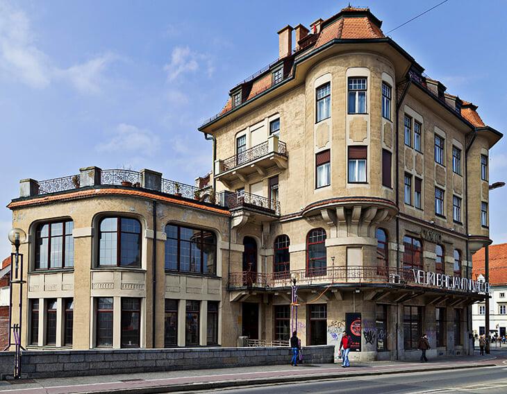 Перед Марибором – никаких кальянных, лучше изучить город. Здесь приятный архитектурный симбиоз и даже есть Альпы