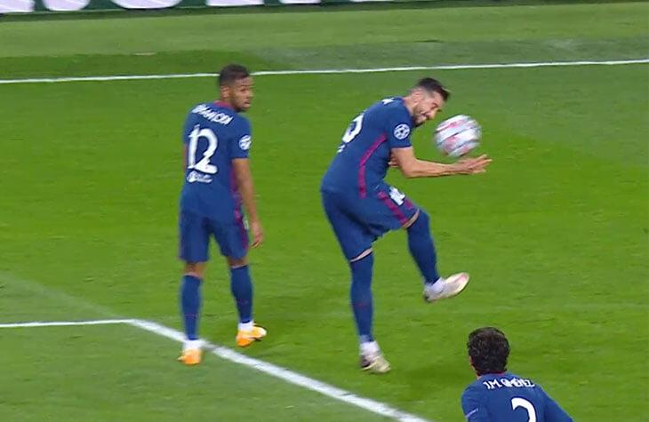 Мяч от головы Эрреры отскочил в руку – и судья все-таки дал «Локо» пенальти. Все из-за положения рук