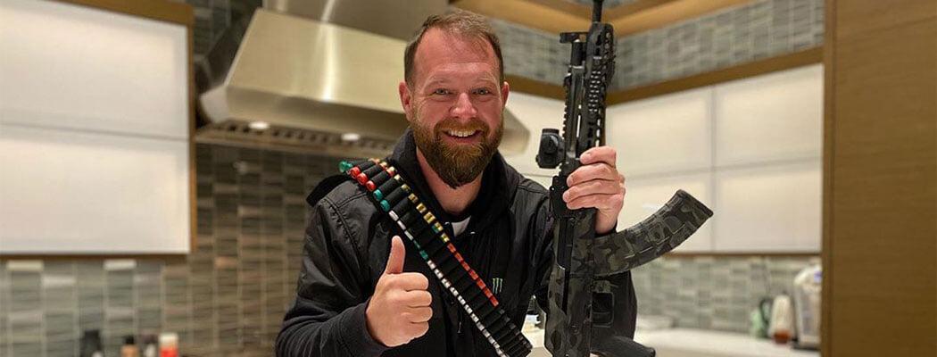 Победитель главного ралли Америки застрелил человека при самообороне. Гонщик продвигает свободное владение оружием, у него десяток пушек