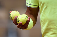 Какого цвета теннисные мячи: зеленые или желтые?