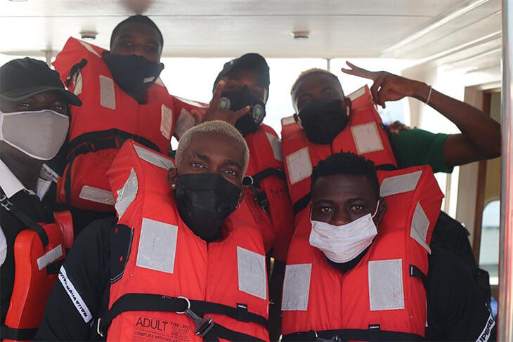 Сборная Нигерии отправилась на выезд на лодках. Элегантно избежали многочасовых пробок Лагоса