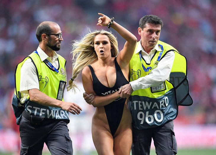 Выбежавшая наполе вфиналеЛЧ девушка вкупальнике пояснила собственный поступок