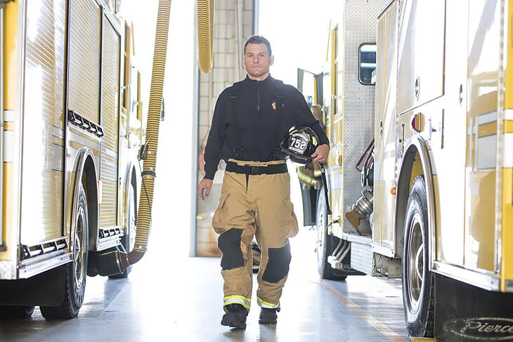 Чемпион UFC Стипе Миочич работает пожарным (несмотря на пухлые гонорары в клетке). После выигранных боев его отправляют чистить туалеты