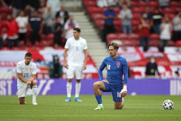 Жест с коленом расколол Англию и мешает сборной готовиться к Евро: болельщики свистят, политики объявляют бойкот, игроки продолжают