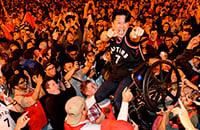 «Рэпторс» впервые покорили НБА. Торонто безумствует!