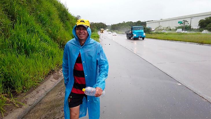 Бразилец Маривалдо – фанат года. Он ходит по 60 км на каждый домашний матч (это почти 11 часов!), а затем возвращается обратно