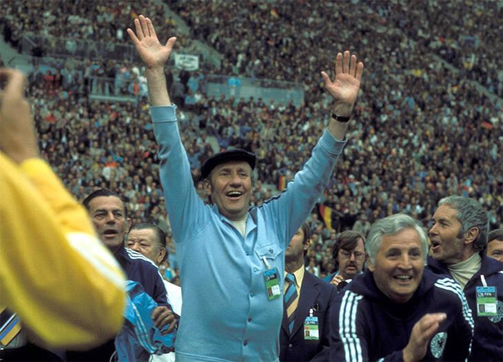 Нападающий сборной ГДР выиграл спор у министра ФРГ и получил ящик виски. Но это испортило ему карьеру