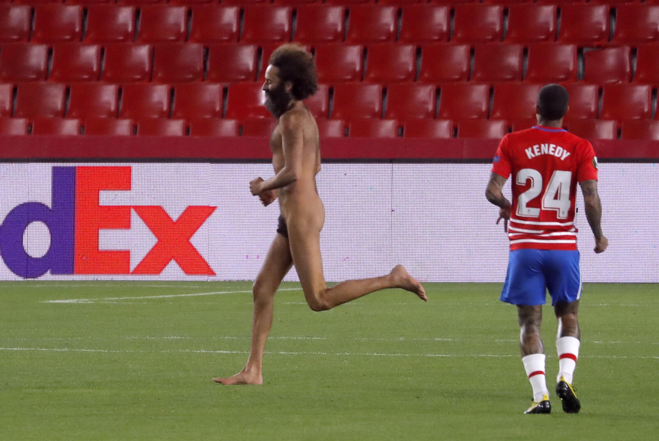 Голый мужчина выбежал на поле во время игры МЮ в ЛЕ. Матч с Гранадой проходит без зрителей