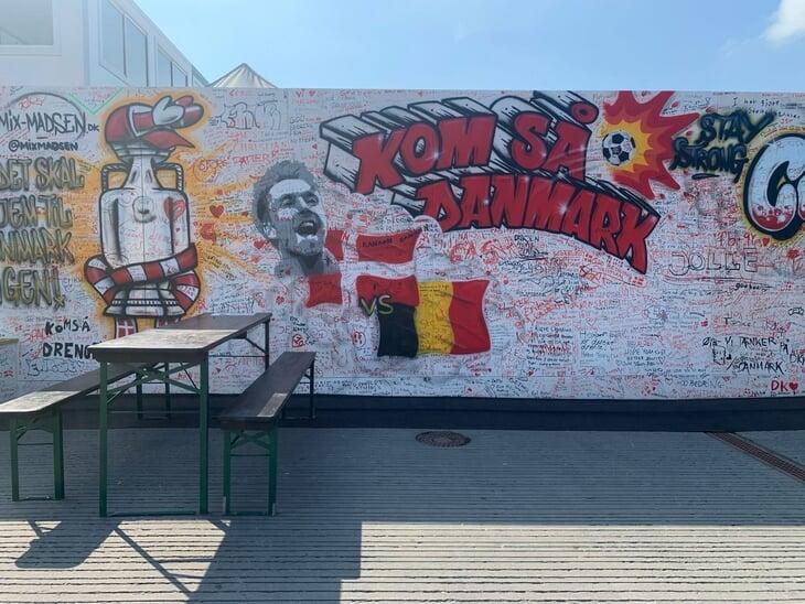 Как живет Копенгаген во время Евро: маски отменили, о турнире говорят пару баннеров и Лего, все идут к стене Эриксена