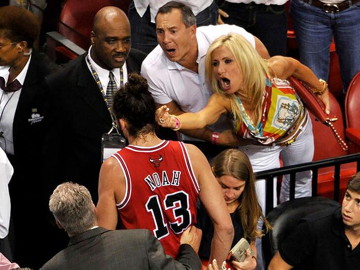 Помните этот образ тотальной фанатской ненависти? VIP-болельщица набросилась на игрока НБА, на следующий день все обсуждали загадочную смерть ее мужа