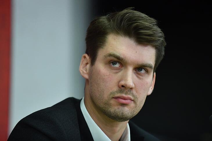Мы много писали о работе Прядкина, а какой он в жизни? Уговаривал главреда Sports.ru выпить, выучил английский в 50+, играет наглого форварда