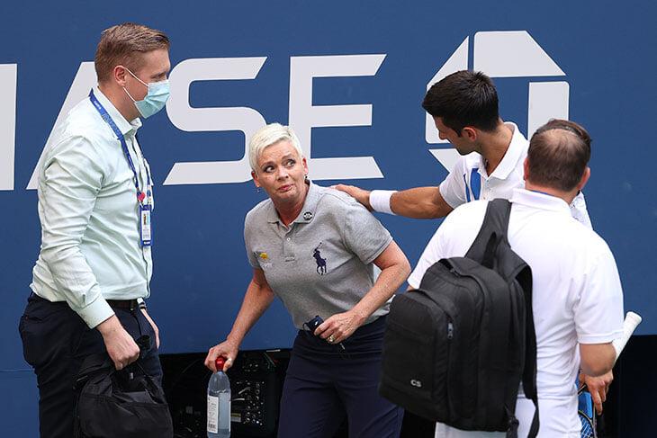 Джоковича сняли с US Open за ненамеренный удар мячом в судью. Наказание жесткое, но уже были прецеденты