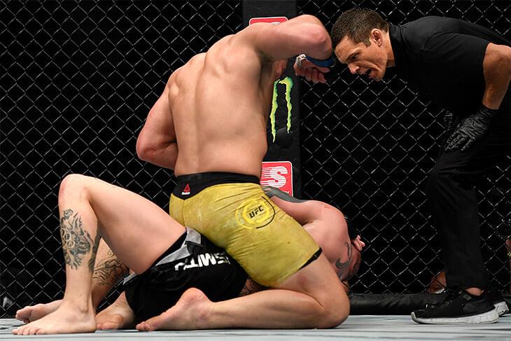 Победитель главного боя UFC извинялся во время избиения соперника – у того шатались зубы и подкашивались ноги
