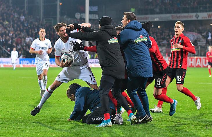 Капитан «Айнтрахта» попрощался с Бундеслигой, обменявшись футболками с судьей. Он завершил карьеру посреди сезона ради сына