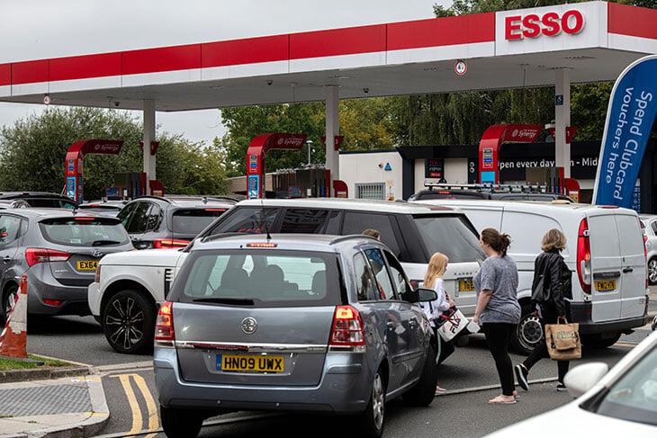 Из-за топливного кризиса в Британии отменяют футбольные матчи. А полвека назад дефицит бензина вынудил играть по воскресеньям