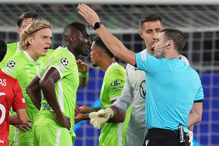 Дикое вмешательство ВАР в матч ЛЧ. Жертва – «Вольфсбург», получивший пенальти и удаление