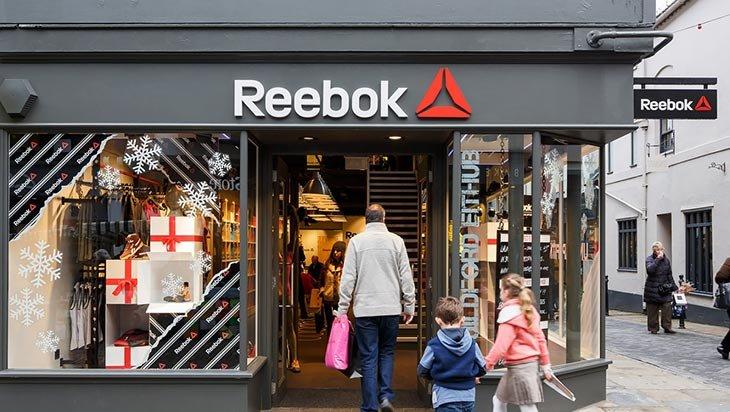 f18487247bfc ... конкурировать на американском рынке с Nike, немецкий бренд и приобрел  Reebok (на тот момент поставлявший форму НФЛ и НБА). Кроме того, Reebok  помогал ...