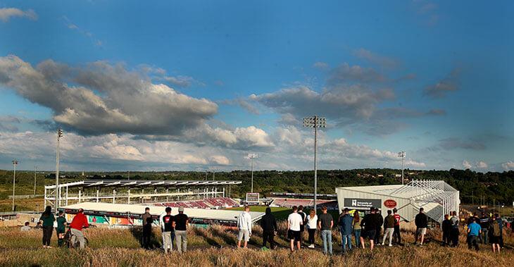 Фанатов не пускают на матчи АПЛ, но они все равно собираются у стадионов, смотрят игры с балконов и подъемных кранов. И ходят на нон-лигу