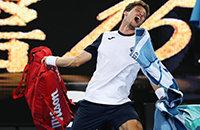 Теннисист проиграл 5-часовой матч из-за спора с судьей. Он уходил с корта, швыряясь вещами